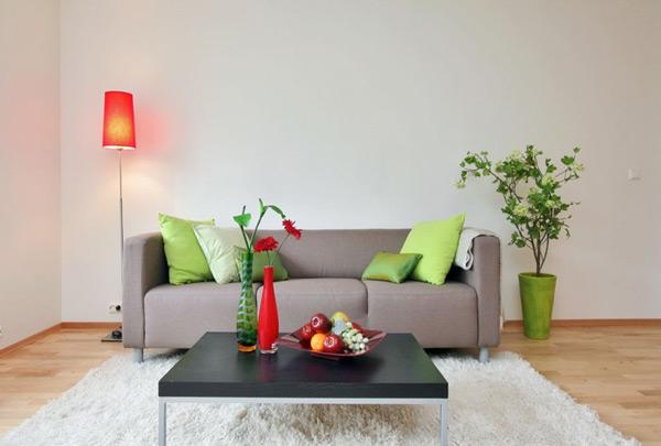 Καναπές με λαχανί μαξιλάρια.